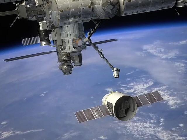 2012年5月25日,美国太空探索技术公司(Space Exploration Technologies, SpaceX)宣布龙飞船(Dragon freight capsule)成功与国际空间站对接,成为国际空间站迎来的首个商业飞船。此前,国际空间站只与来自美国、俄罗斯、日本和欧洲太空总署的飞船进行过对接。 美国东部时间25日9:56,国际空间站的机械臂捕获到了龙飞船,12:02龙飞船成功与国际空间站对接。随后,SpaceX公布了对接过程的视频和图像。在5月25日至31日期间,国际空间站的宇航员将卸下