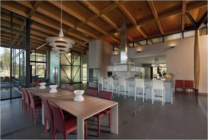 室内装饰材料的选用直接影响到室内设计整体的实用性、经济型、环境气氛和美观与否。设计师应熟悉材料质地、性能特点,了解材料的价格和施工操作工艺要求,善于和精于运用当今先进的物质技术手段,为实现设计构思创造坚实的基础。 界面装饰材料的选用原则包括: 1. 适应室内使用空间的功能性质。对于不同功能性质的室内空间,需要由相应类别的界面装饰材料来烘托室内的环境氛围,例如文教、办公建筑需要营造宁静、严肃的气氛;休闲、娱乐场所需要营造轻松、愉悦的气氛。这些气氛的塑造,与界面材料的色彩、质地、光泽、纹理等密切相关。 2.